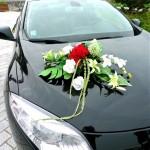 coche-de-boda-con-un-arreglo-floral-artificial-por-un-matrimonio-exceptional